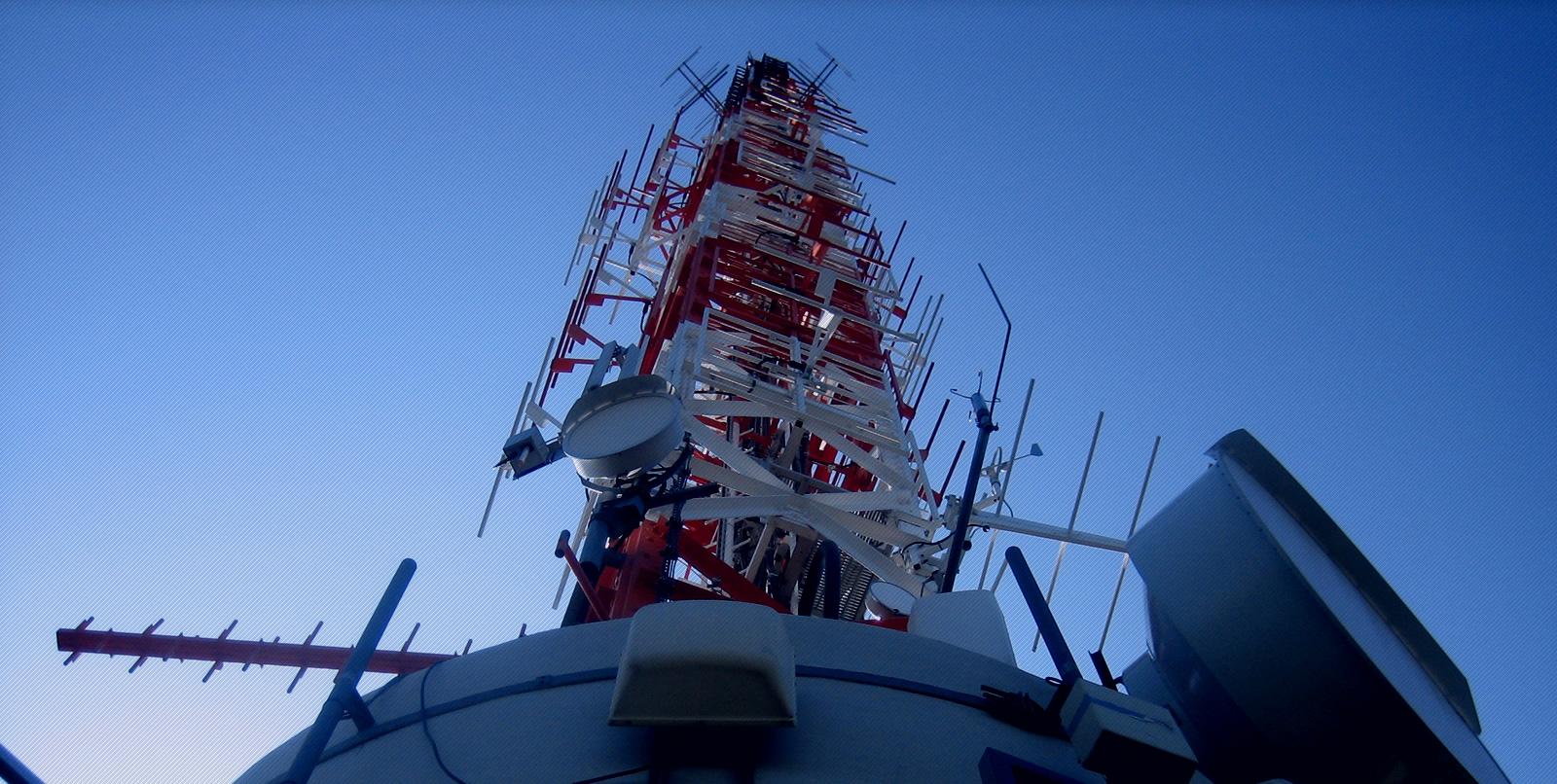una foto della cima di un ponte radio televisivo